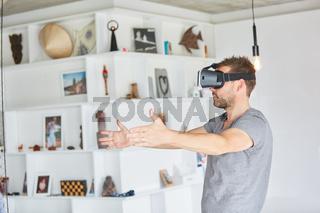 Mann mit VR-Brille bei virtueller Raumplanung