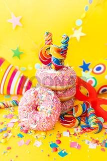 Bunte Donuts fuer eine Party