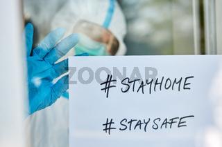#stayhome #staysafe Botschaft an Tür einer Klinik