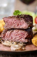 Steakscheiben mit Kroketten und Pilzen