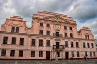 güstrow, deutschland - 07.06.2019 - altes rathaus am markt