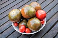 tomaten in einer schüssel auf einem holztisch