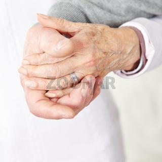 Verliebte Senioren halten die Hände