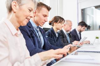 Business Gruppe arbeitet digital mit Tablet Computer
