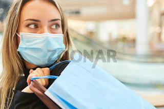 Kunde beim Einkaufen mit Mundschutz wegen Covid-19