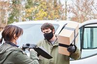 Paketbote liefert Paket als Geschenk zu Weihnachten