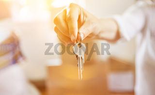 Hand von Makler mit Schlüssel bei Haus Übergabe