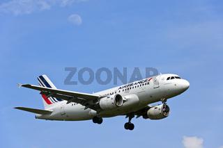 Airbus A 319 der Fluggesellschaft Air France im Anflug auf den Flughafen Genf