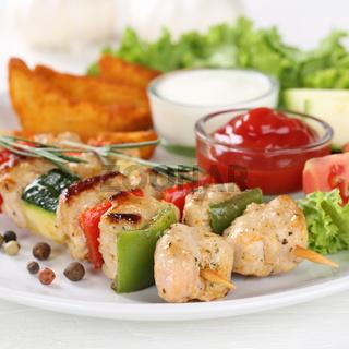 Hühnchen Fleischspieß Gericht mit Kartoffeln und Gemüse auf Teller