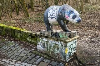 Baerenskulptur im Volkspark Prenzlauer Berg, Berlin, Deutschland