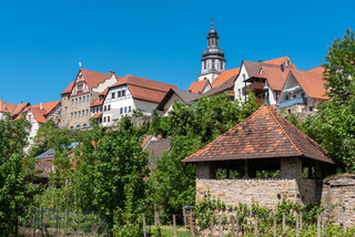 Stadtbild von Gochsheim mit historischer Stadtmauer und St. Martin Kirche