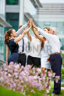 Gruppe Geschäftsleute macht High Five