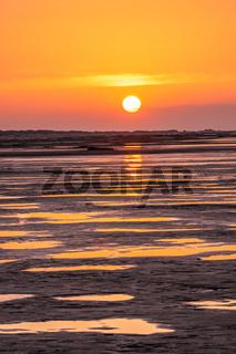 Goldener Sonnenuntergang am Strand