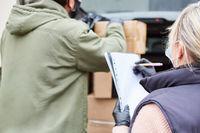Lieferservice mit Checkliste nach Empfang im Wareneingang