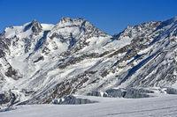 Blick über den Feegletscher auf die Gipfel Fletschhorn und Lagginhorn