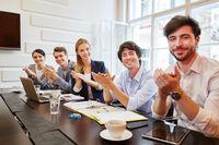 Team gibt Applaus beim Business Meeting