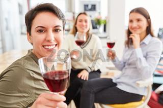 Freundinnen in WG Küche trinken Glas Rotwein zusammen