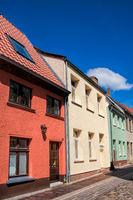 güstrow, deutschland - 07.06.2019 - sanierte häuserzeile in der altstadt