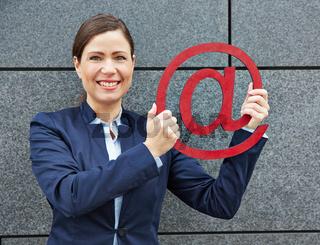 Geschäftsfrau hält rotes Internet-Zeichen