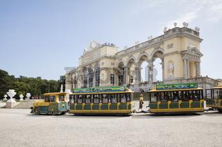 Touristenzug vor der Gloriette, Schlosspark Schoenbrunn, Wien, Oesterreich, Europa