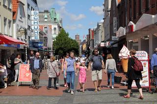 Touristen in der Kieler Straße in Eckernförde an einem Sommertag