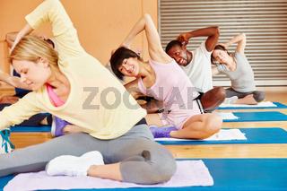 Leute trainieren Yoga im Kurs