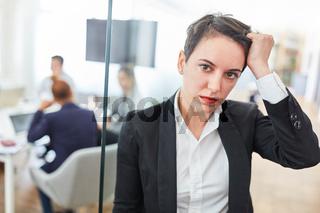 Junge Business Frau mit Kopfschmerzen