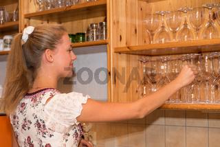 attraktive Kellnerin in Trachtenmode arbeitet an der Ausschank