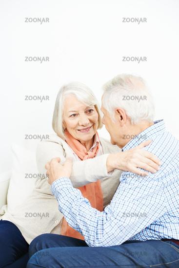Altes Paar Senioren umarmt sich