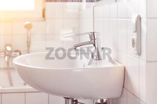 Weißes sauberes Waschbecken im Badezimmer zu Hause