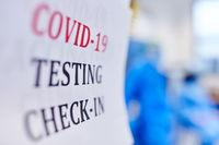 Covid-19 Test Check-In in Klinik bei Coronavirus Pandemie