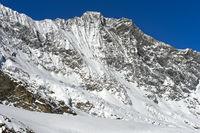 Der schneebedeckte Gipfel Dom in der Mischabelgruppe
