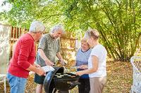 Gruppe Senioren als Freunde beim Grillen
