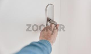Hand an Klinke beim Tür öffnen