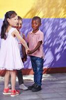 Kinder beim Kreistanz im Kindergarten