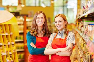 Zwei freundliche Verkäuferinnen im Supermarkt