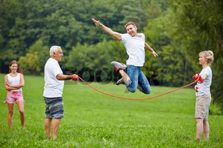 Mann springt über Springseil