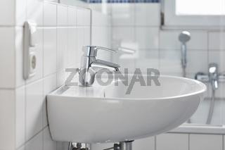 Waschbecken mit Wasserhahn im Badezimmer zu Hause