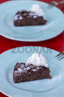 Schokoladenkuchen auf einem grünen Teller