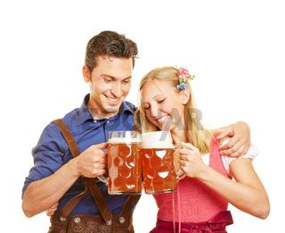 Paar in Bayern stößt mit Bier an