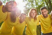 Gruppe macht Umarmung für Teamwork und Teamgeist