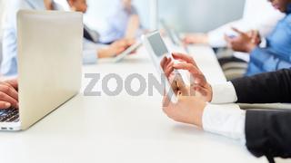 Geschäftsleute mit Tablet und Laptop Computer