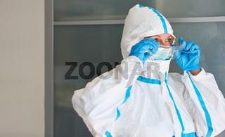 ICU Arzt oder Pflegekraft in Schutzkleidung bei Coronavirus Epidemie