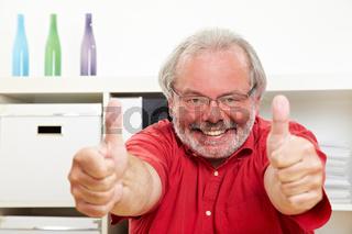 Rentner hält beide Daumen hoch