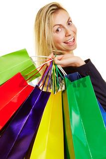 Lachende Frau mit vielen Plastiktüten