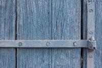 Holztor mit Eisenbeschlag