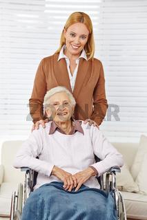 Familie mit Frau und Seniorin