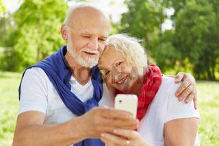 Senioren machen Selfie mit Smartphone