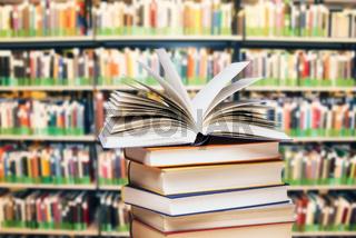 Bücherstapel in einer Bücherei