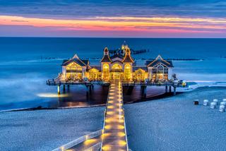 Seebrücke mit Restaurant vor Sonnenaufgang